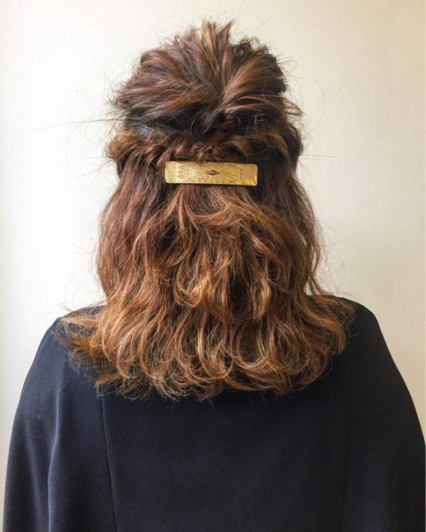 くるりんぱとツイストを合わせたハーフアップのアレンジ。トップがつぶれやすい人は特にトップを別に結ぶのがおすすめ。先に結んでからトップを引き出します。つむじが割れやすい人は、内側に軽く逆毛を立てるといいですよ。その時はくしは使わず、ブラシを使うと簡単です。