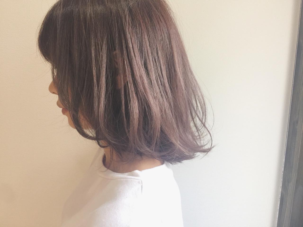 前上がりの、フェミニンなボブです。柔らかい髪の質感を活かした、ゆるフワなスタイリングでエアリー感もゲット!