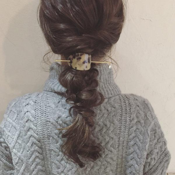 おさげ髪にプラスするだけで華やかなアクセントに。ゴムや結わえた部分を隠すのにも使える万能アイテムです。