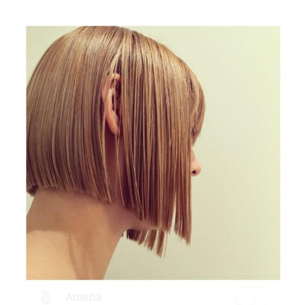 前下がりボブがエッジラインにして、子供っぽさを無くした洗練されたヘアスタイル。直線が美しくて芸術的。