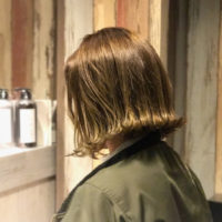 毛先に動きがでて、軽さをプラス!顔立ちを明るく華やかに見せる外はねスタイル♪