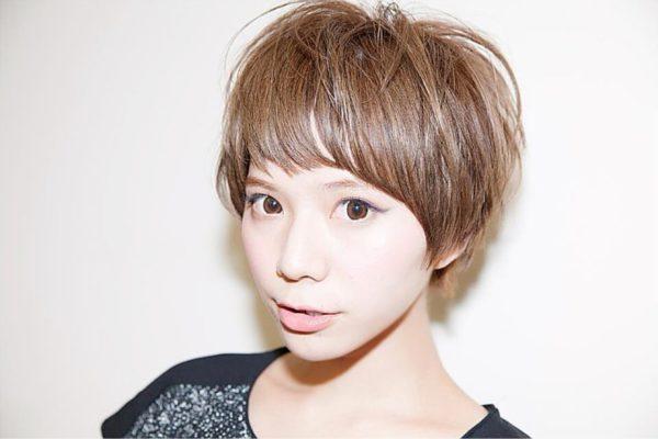 明るめのカラーと、眉毛が見えるほどの前髪で元気で快活なイメージに仕上げています。