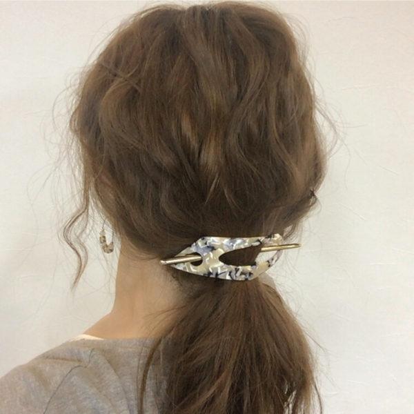 一つに縛っただけのヘアアレンジも、マジェステをさせば「だらしない」印象を払拭。若さも協調できます。
