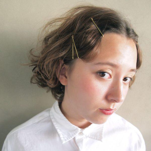前髪からサイドの髪を耳に掛けるようにとめるだけでニュアンスが変わります。顔周りが華やかになり明るく見えます。