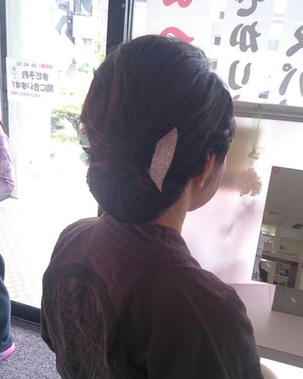 シンプルなラインのまとめ髪に、ベーシックなかんざしを挿して粋を演出してみて。華美ではないけれども清々しさが感じられるスタイルになっていますね。