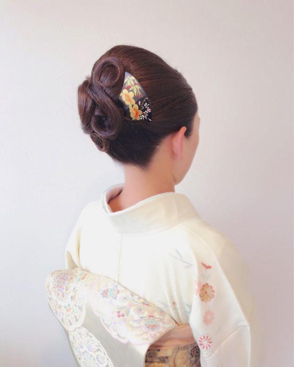 ブラックとゴールドのシックな中にも華やかさのあるかんざしは、和装のヘアスタイルにぴったりですね。