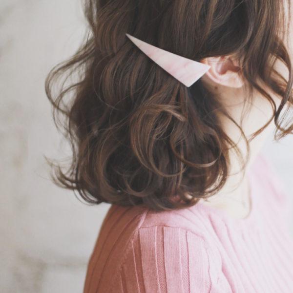 髪の毛を耳にかけてバレッタでとめただけのシンプルスタイル。それだけなのにとっても可愛く見えます♪