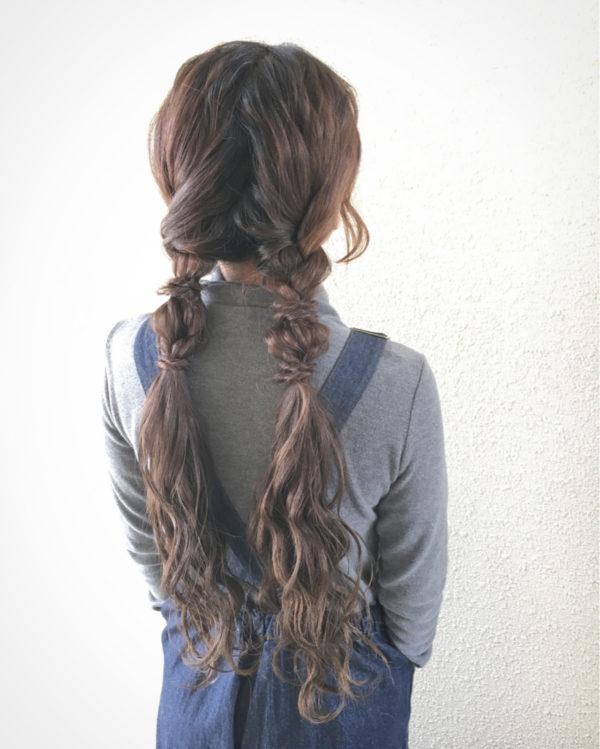 三つ編みや編み込みを組み合わせた変わった形のおさげ。「玉ねぎヘア」とも呼ばれて今注目を集めています。