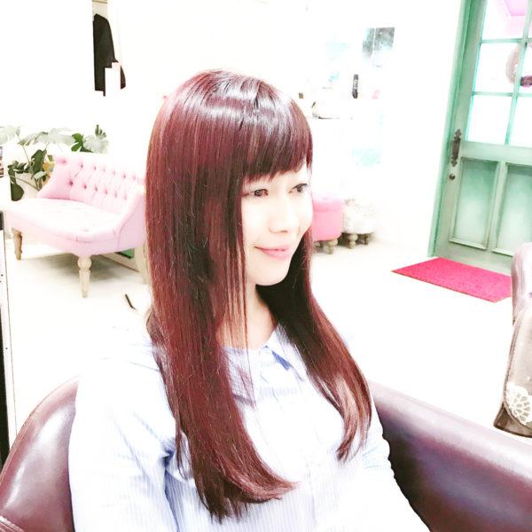 レッド系のカラーがきれいなロングスタイル。短めの前髪もかわいいですね。フェイスラインを少し短くしたり、前髪を作っておくとアレンジした時などに便利です。髪をまとめる事が多い方は前髪を作っておくのもおすすめ。