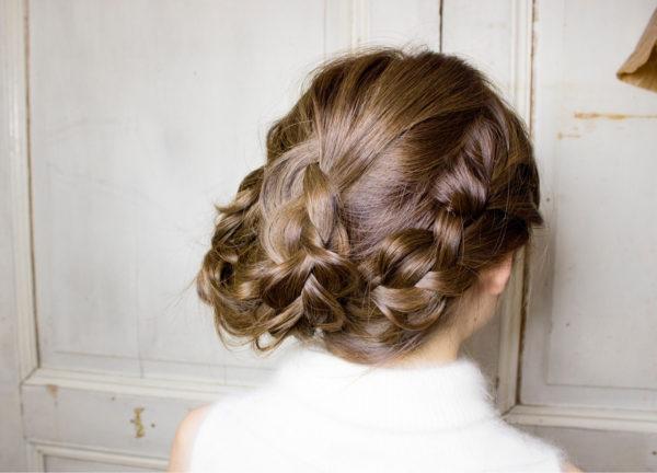 たくさんの三つ編みを組み合わせたシニヨンで、愛されヘアスタイルに♡ロングだと、様々なシニヨンヘアに挑戦できますね!