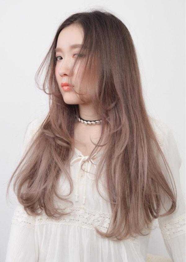明るめの毛先がロングに重軽なニュアンスをプラス。透け感あるカラーで外国人風に。