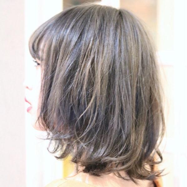 くせ毛を生かしたミディアムボブ。伸ばしかけの方におすすめのヘアスタイルです。ナチュラルに外国人風スタイルができちゃいます。