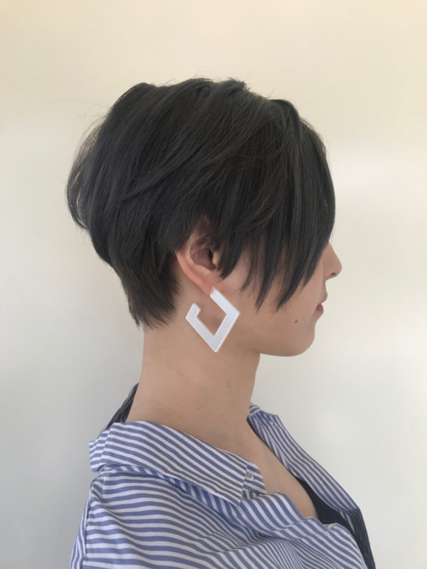 前下がりのショートヘアは大人のクールな印象に。耳が出ているのでピアスなどが似合う髪型です。後頭部にボリュームを持たせるとシルエットがきれいになります。