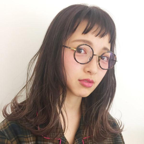ショートバングはメガネとの相性よし♪大人キュートな印象に。