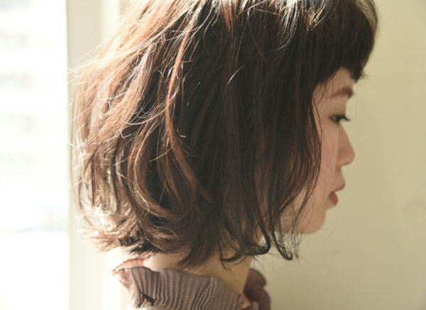 くせ毛風なカールを無造作にちらした感じがかわいいですね。明るすぎないヘアカラーとも相性抜群!自然な仕上がりに。