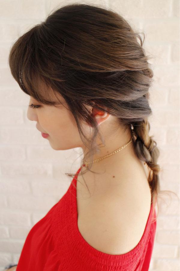 女らしい印象の編み込みのダウンスタイル。毛先を内側に止めればアップ風アレンジにもなります。トップから編み込みするのが苦手な人は、3段くらいに分けてくるりんぱをしていくのもおすすめ。
