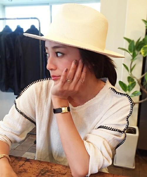 ステッチの入ったデザインは、フリンジ同様、1枚で着るだけでおしゃれに見せてくれるアイテムです。ネックラインの切りっぱなしのデザインも無造作で素敵。。女性らしい小物使いでミスマッチなギャップを作ったコーディネートが新鮮です。