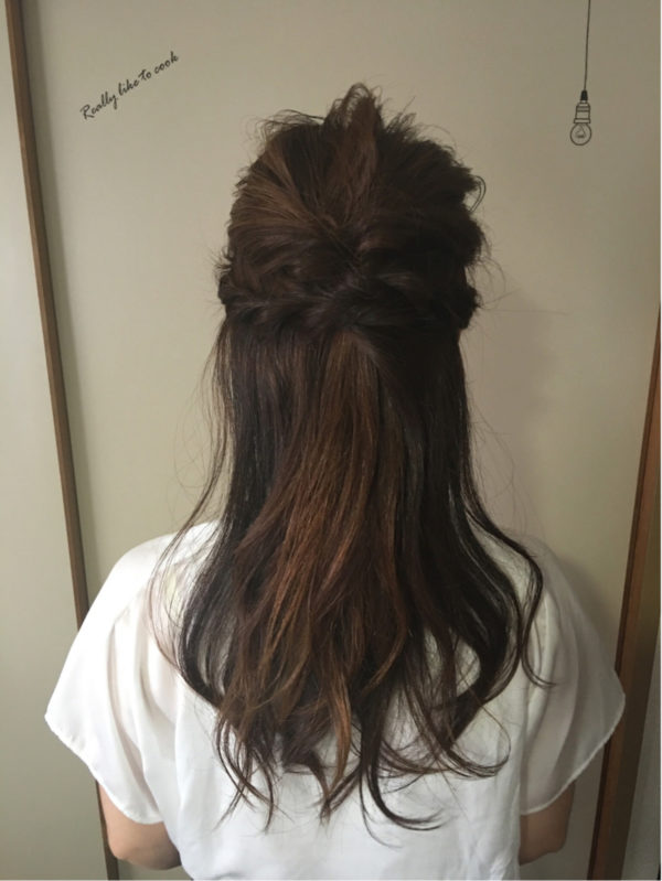 結婚式でも、休日ヘアスタイルでも使用できそうなヘアスタイルです。ヘアアクセサリーで留めてもOKです。