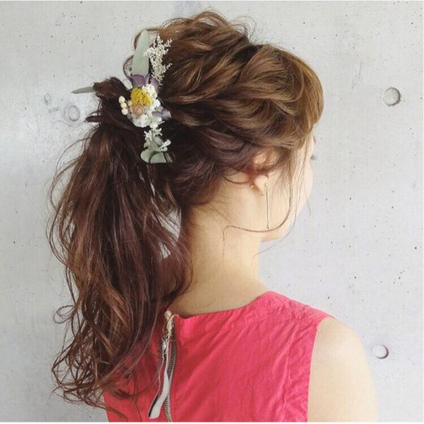 ドライフラワーを使ったヘッドドレスがとっても色鮮やかですね!ポニーテールを高い位置でまとめることで、フレッシュな若見えヘアに。