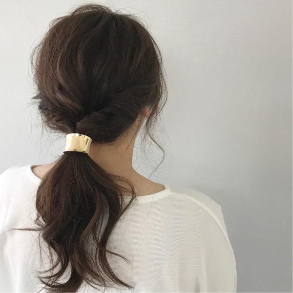 太めのゴールドのリングは存在感があるので、簡単にまとめたヘアスタイルをきゅっと引き締まった印象に。