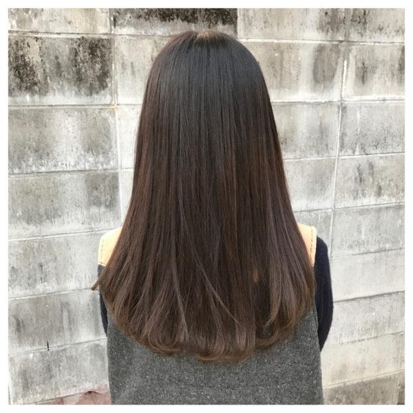 グラデーション気味のカラーと、毛先のワンカールがかわいいストレートロング。毛先だけなので、カーラーを巻いて仕上げるのもおすすめ。