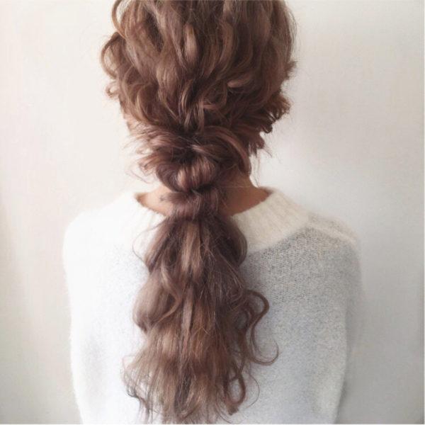 ただポニーにするだけではなくウェーブをプラスした髪は、女性らしくて動きやすいのでヘビロテしそう。