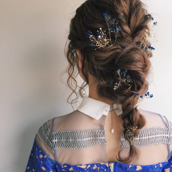 ふんわり編み込みに濃いブルー系の花を使うと、落ち着いた女性の雰囲気を作ってくれます。