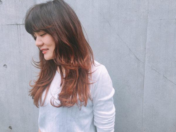 毛先のみをランダムにカールしたスタイル。あまり巻きすぎないのも大人の雰囲気が出て素敵ですよね♪