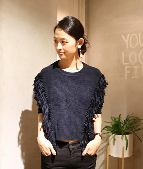 フリンジが付いているというだけで、コーディネートのおしゃれ度がアップ♪短い丈の長さは、パンツにもスカートにも合わせやすいデザインです。