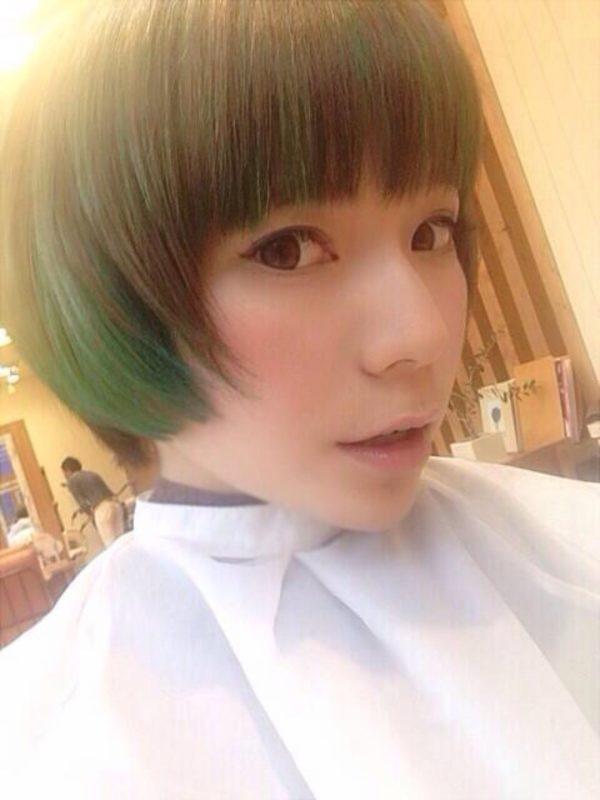 ハイトーンショートは緑を入れて、個性的で丸みのあるフォルムが、かわいさも引き出しているヘアスタイル。