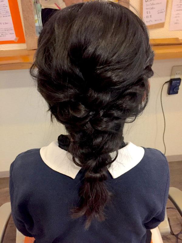 黒髪の編みおろしヘアスタイルは、きちんと感がでて清楚。ヘアピンをつけるとパーティーヘアにもいいです。