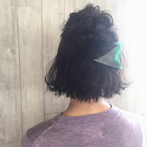 トップをくるりんぱして毛先をクリップで留めます。ショートヘアのアレンジにも使えるクリップは後ろ姿を華やかに魅せてくれます。