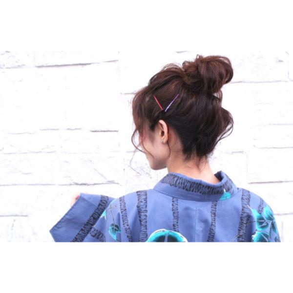 まとめ髪のうしろ姿にさりげなくカラーピンでアクセントを。和装や浴衣にも使える、誰にでも似合うヘアアレンジです。
