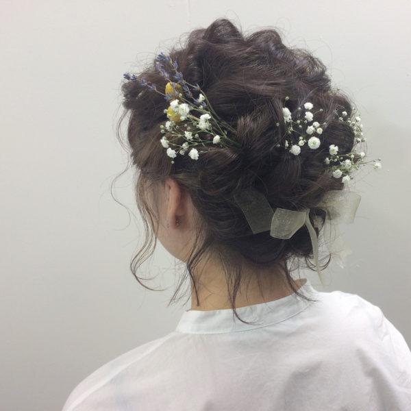 リボンとお花を組み合わせて女子らしく。ラベンダーなどのドライフラワーを使うと優しい印象になりますね。