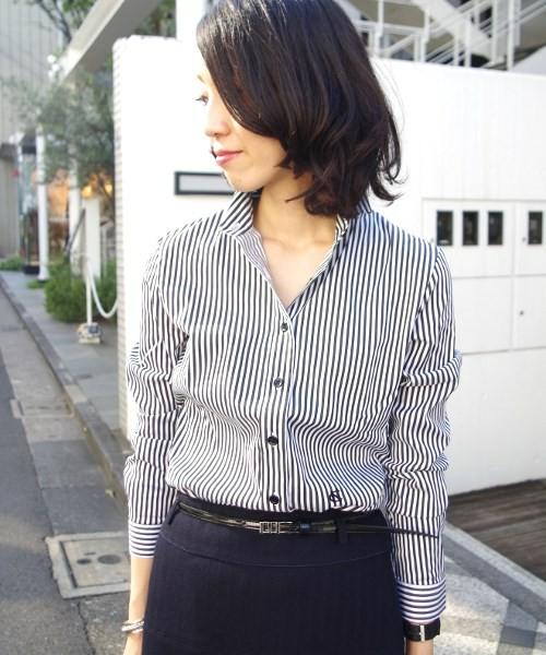 イタリアのブラウスブランドが手がけたストライプシャツ。襟・袖はすっきり感のあるデザインで、ウエスト部分にはブランドのイニシャル刺繍入り。