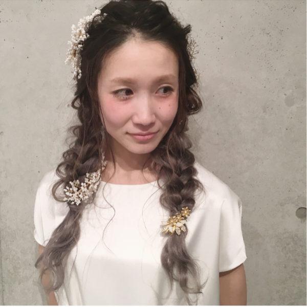 清楚感のある三つ編みスタイルに、小さめサイズのヘアアクセを点在させることで華やかさUP!前髪を上げていて顔周りがとっても明るく見えますね♪