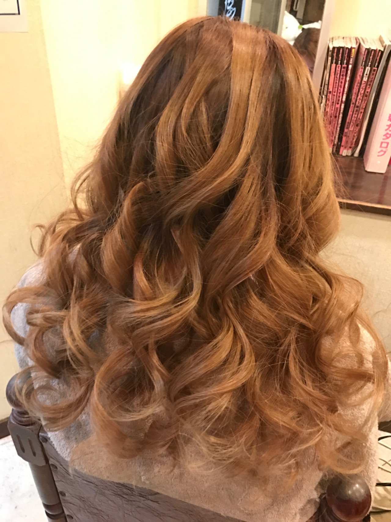 巻き髪が、ハリウッド女優のようなエレガントさを演出されています。透明感が活かされたスタイリングですね!