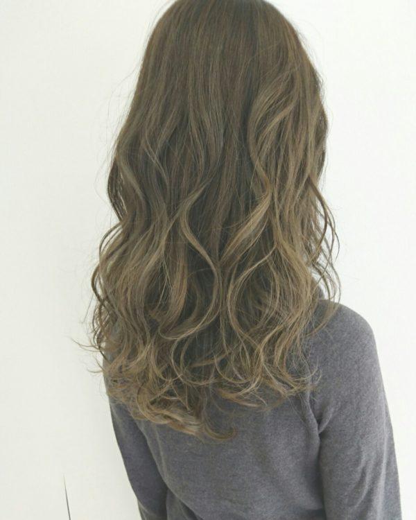 あえてツヤ感の少ない「マットグレージュ」のグラデーションで大人の女性を演出してみませんか?外国人風で自然な髪色が魅力的。