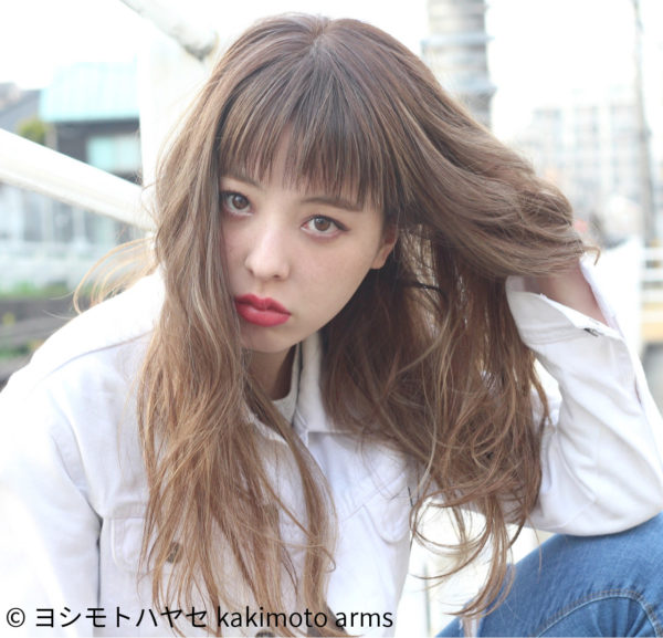 パーマヘアに外国人のようなカラーリング。くせ毛風に見せてますが前髪だけは直毛。フリンジのようにサラサラ揺れるような前髪です。