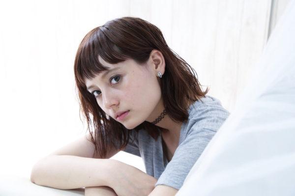 ミディアムヘアでストレートの髪が直線的で甘さを感じません。眉上でカットした前髪がクールさを足します。