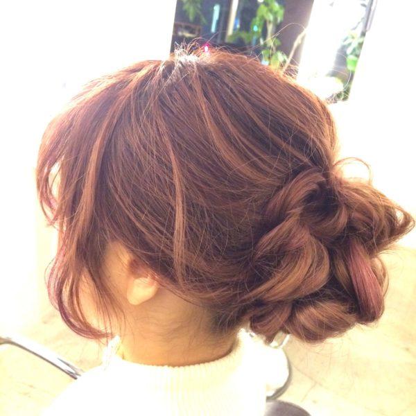 ラフ感のあるシニヨンヘアは、休日のお出かけヘアに良いかも♪サイドの髪を垂らして、オトナカジュアルに。