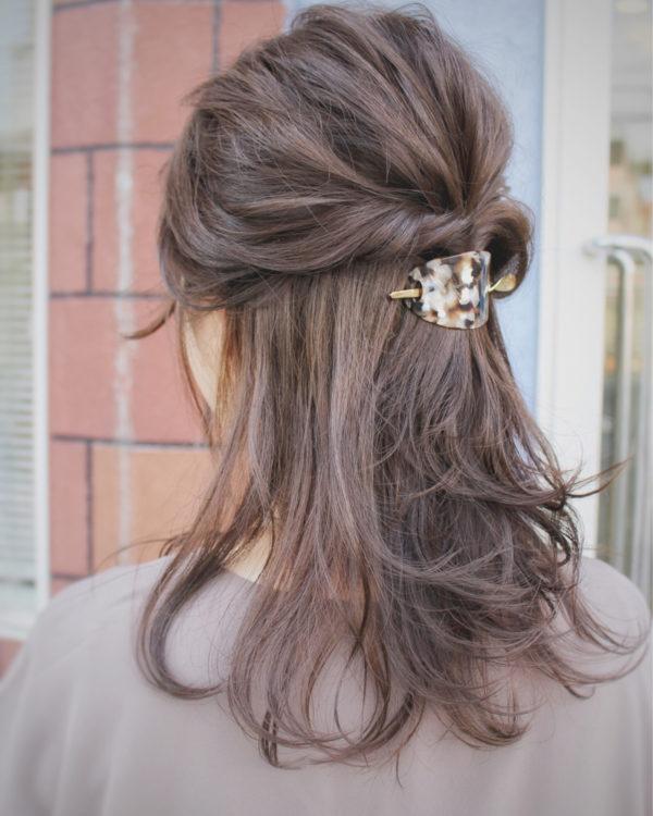 左右の髪の毛を取ってくるりんぱ。まとめるのにヘアクリップを使えば、より上品に大人らしくなります。