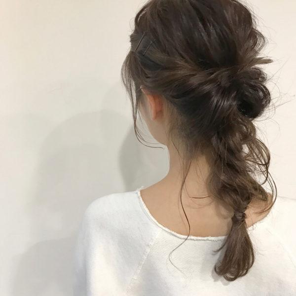 くるりんぱと三つ編みの流行中スタイル。お休みの日はゆるくラフに後れ毛多めで仕上げてみてもいいですよね!