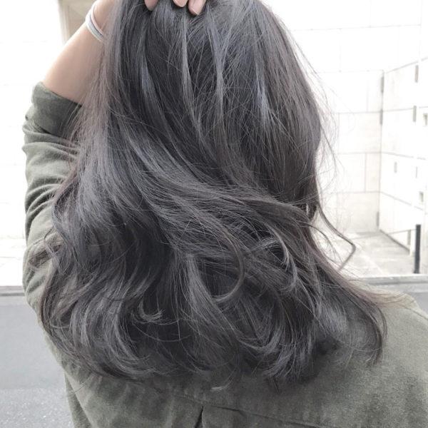 グレージュをより濃くしたブルージュも、ブリーチをすればしっかりと色が出てくれます♪俗に言うシルバー系やホワイト系のグレージュカラーです♪ここまで綺麗なグレージュを出そうとするならブリーチはほとんどの方が必須条件になります。ブリーチは髪にかかる負担が強いですが、ここまで綺麗な色を出してみたいならしてみるのもいいかもしれません。ただしその後のケアがおろそかになるとどれだけ綺麗な色でもパサついて見えるので要注意です。