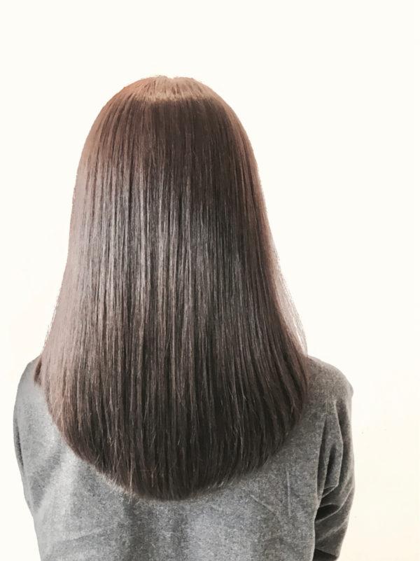 きれいにラウンドした毛先がきれいなロングヘア。ロングのストレートで肝心なのが後姿。まっすぐ切りそろえたラインにするのか、丸みを出したラウンドにするのか。自分では見えない後姿気になりますよね