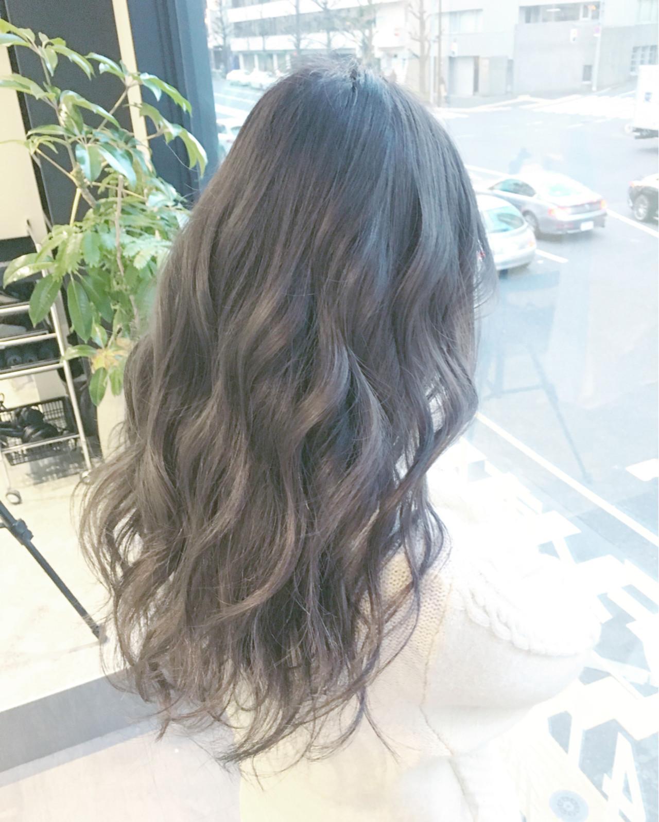 波ウェーブで外国人の少女のようなクセ毛風が、大人かわいいスタイルです。暗めのカラーでも、ツヤ感はバッチリ!