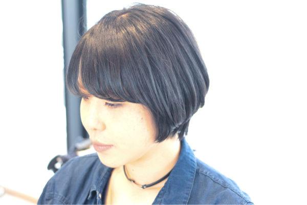 大人の女性に黒髪のショートボブはよく似合いますね!落ち着いた雰囲気でありながら、モードなカッコよさも感じられます。