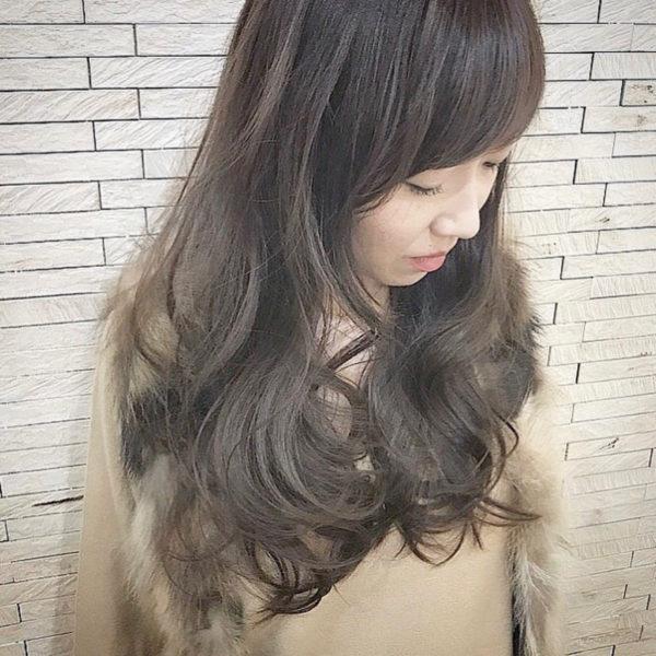 シアーとは透明感という意味で、髪色にも透明感を出して巻き髪をより美しく見せています。外人風な大人シルエットで素敵です。
