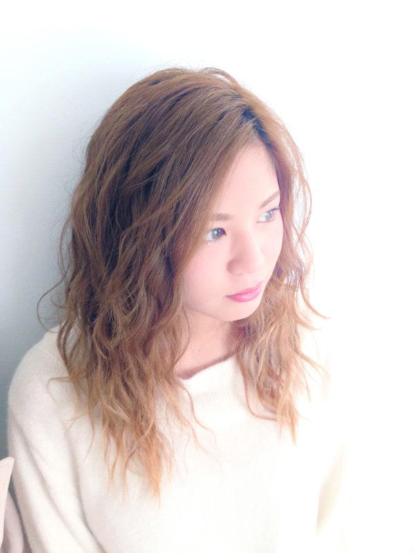 毛先に向かうにつれてふんわりした髪型。レイヤーと明るめのカラーでオシャレな大人の女♡という感じが素敵です!