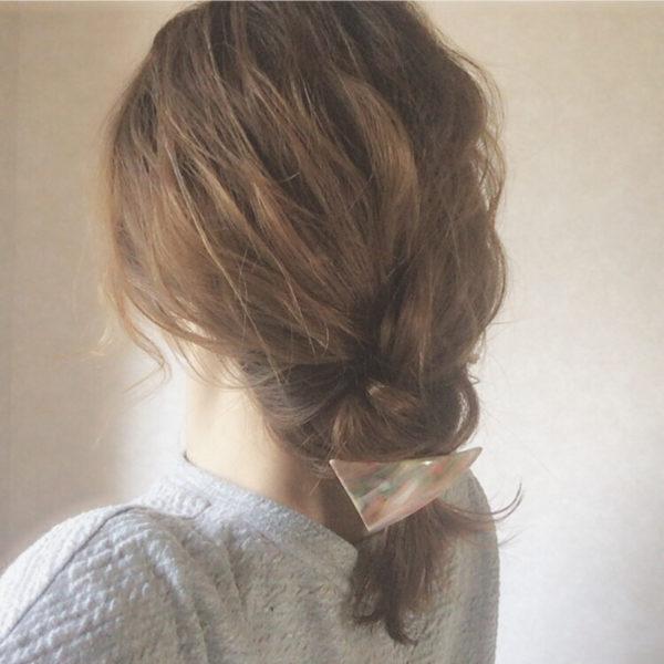 ゆるく三つ編みをしてラフさを出したヘアスタイルに、透明感のあるキャンディのようなかわいいバレッタをつけると、春らしさUP。
